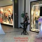 DJ Alexandra spiller foran butik for InstallSound i Århus