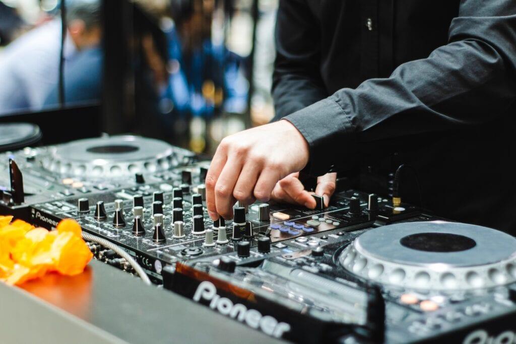 DJ spiller på Pioneer DJ pult